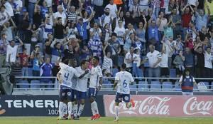Gaku celebra con sus compa�eros el gol que le ha valido al Tenerife...