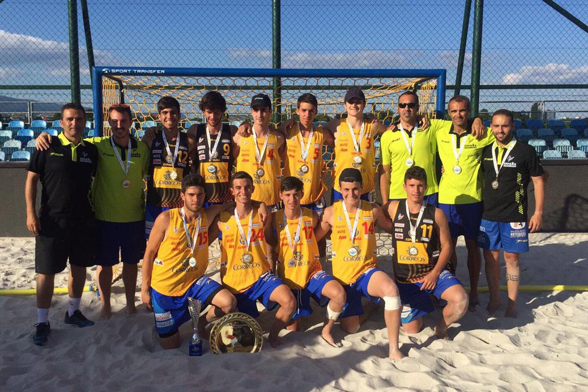 La selección española juvenil masculina posa con el trofeo como...