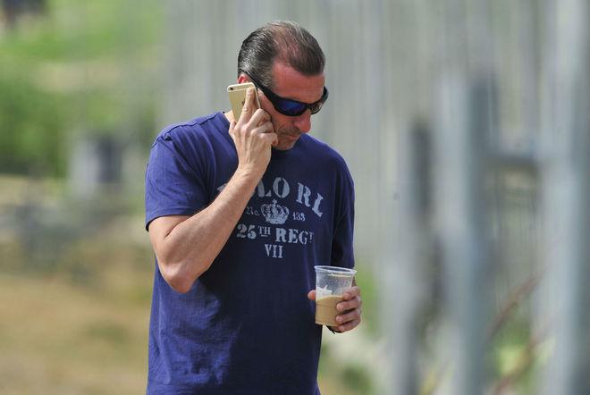 Oscar Arias, director deportivo del Sevilla, hablando por teléfono