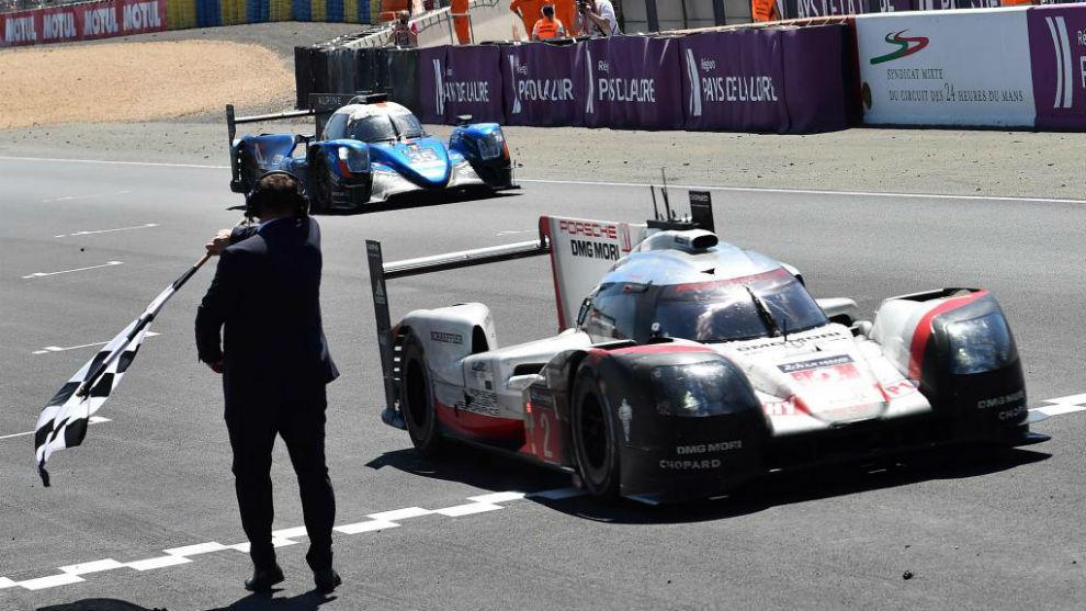 El Porsche Nº2 entrando en la línea de meta de Le Mans