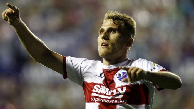 Samu Sáinz celebra un gol con la camiseta del Huesca.