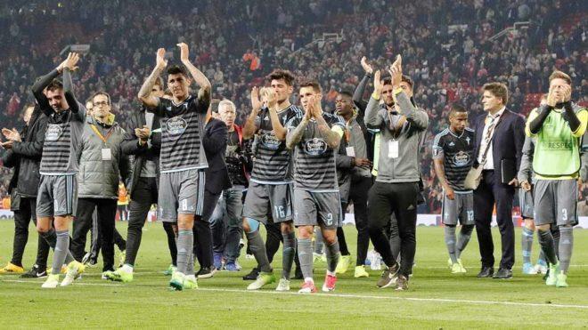 Los jugadores del Celta de Vigo aplauden a su afición