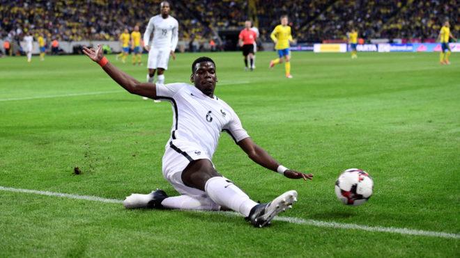 Pogba intenta salvar un balón en el partido entre Francia y Suecia.
