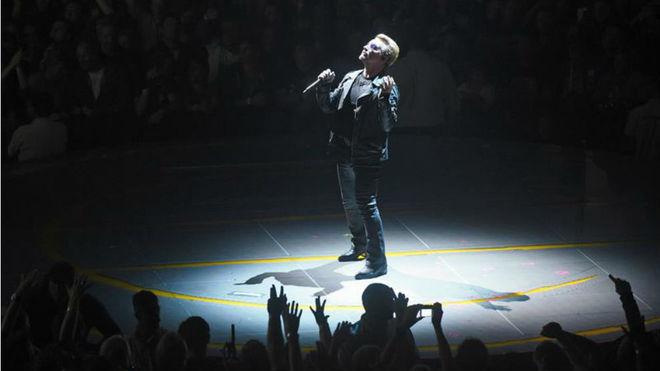 El líder de la banda irlandesa U2, Bono, durante un concierto
