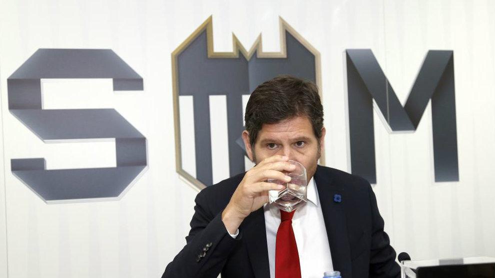 Mateu Alemany bebe agua durante la presentación de la campaña de...