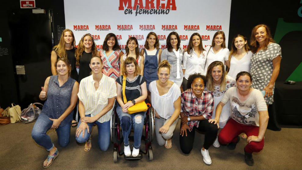 Las deportistas posan en el acto de presentación de MARCA en...