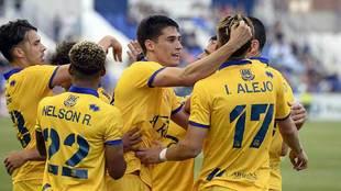 Pablo Pérez celebra con sus compañeros el decisivo gol en La...