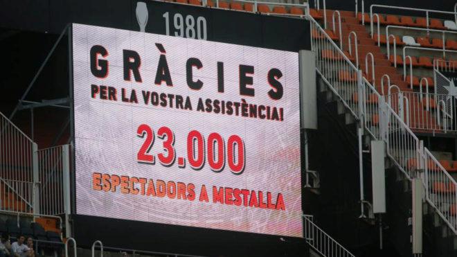 Pantalla de Mestalla donde agradece la presencia de aficionados al...