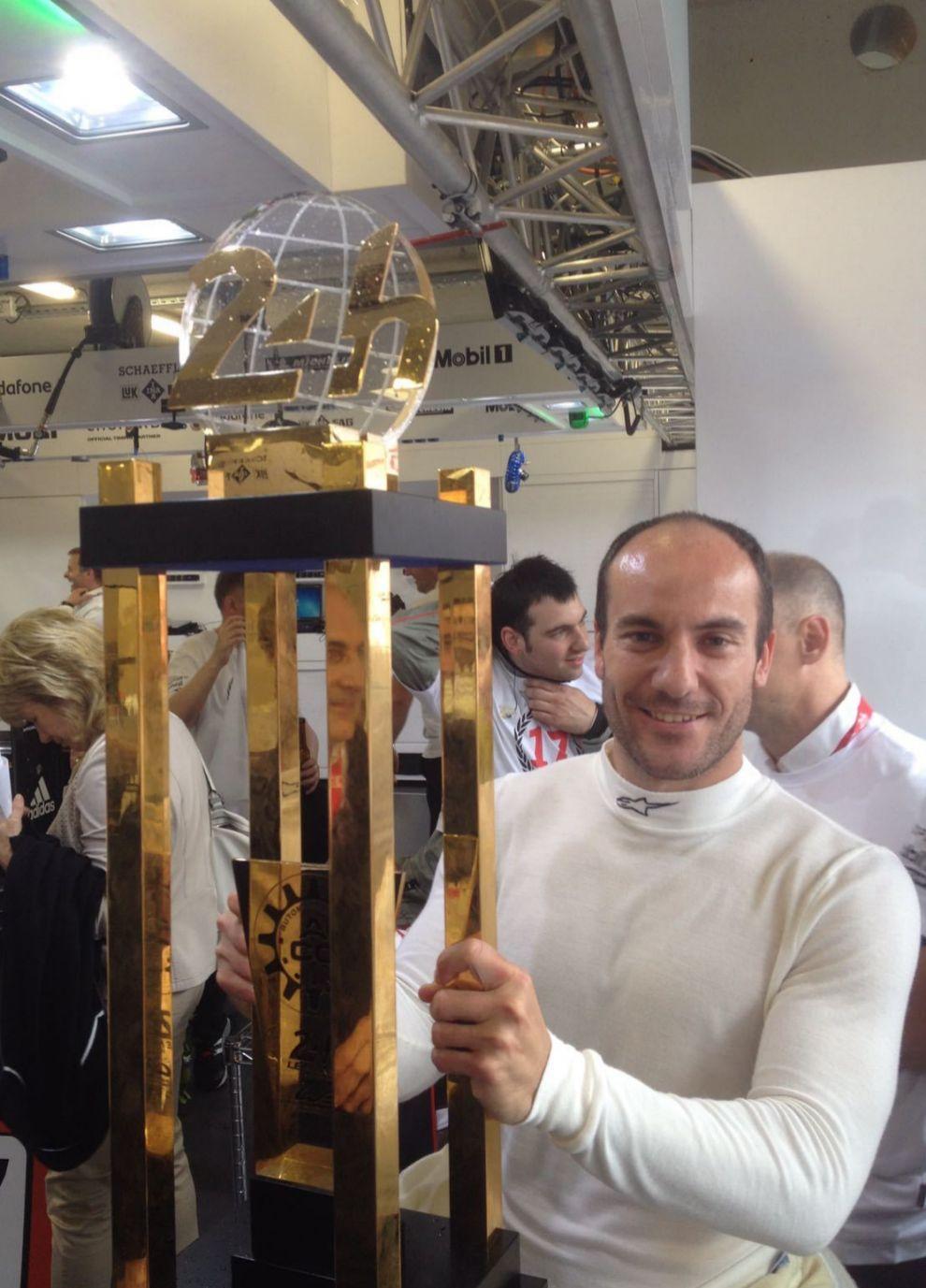 Con el trofeo de las 24 Horas de Le Mans