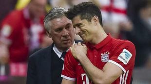 Lewandowski y Ancelotti en una imagen de la temporada pasada.