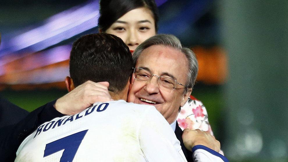 Florentino abraza a Cristiano tras ganar el Mundial de Clubes