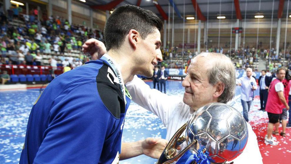 José María García felicita a Ortiz con el título en la mano