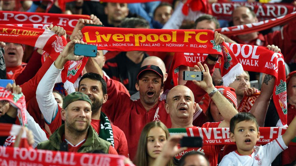 Aficionados del Liverpool entonan su himno en un amistoso en Sidney