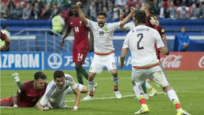 Los jugadores del Tri celebran el gol de Moreno a Portugal.
