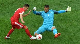 Marinovic bloquea a Poloz durante el choque entre Nueva Zelanda y...