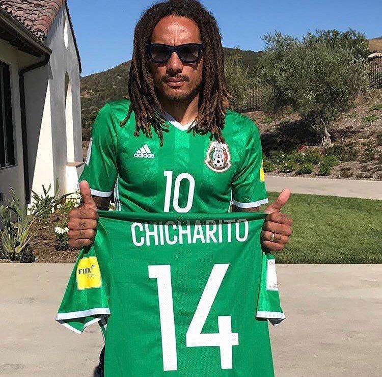 Jermaine Jones deja a un lado su rivalidad con México y posa con jersey de  Chicharito 7beeb9b008361