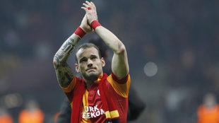 Wesley Sneijder aplaude con la camiseta del Galatasaray.