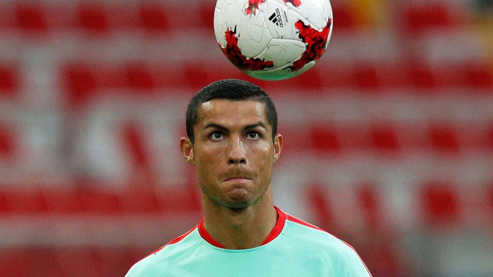 Cristiano Ronaldo (32) juega con el esférico durante un entrenamiento...