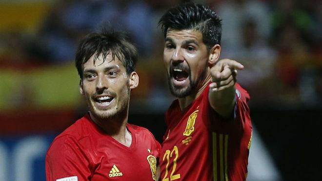 Nolito, junto a David Silva en un partido con España.