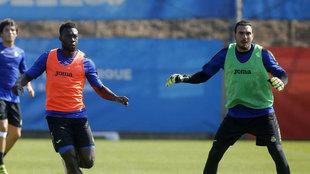 Caicedo y Roberto durante un entrenamiento con el Espanyol