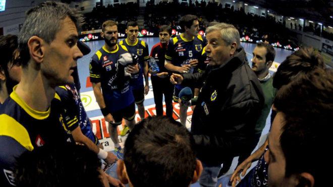 El técnico Víctor García 'Pillo' durante un tiempo muerto con el...