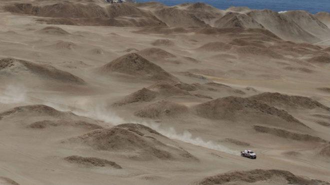 Un coche atraviesa una zona de dunas en Perú.