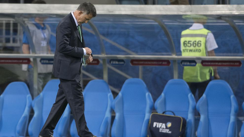 Juan Carlos Osorio, pensativo, durante el partido ante Nueva Zelanda.