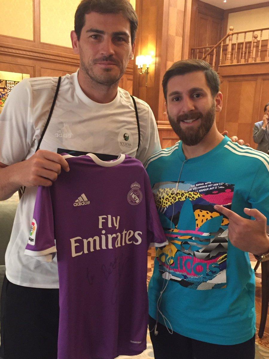 Iker Casillas posando con el doble de Leo Messi