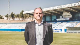 Juanvi Peinado posa como entrenador del CD Móstoles en El Soto.