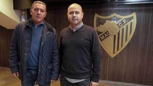 David Vizcaíno, junto a Pepe Calderón, con el escudo del Málaga al...