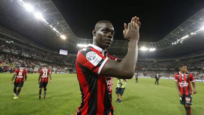 Balotelli aplaude a la afición del Niza tras un partido