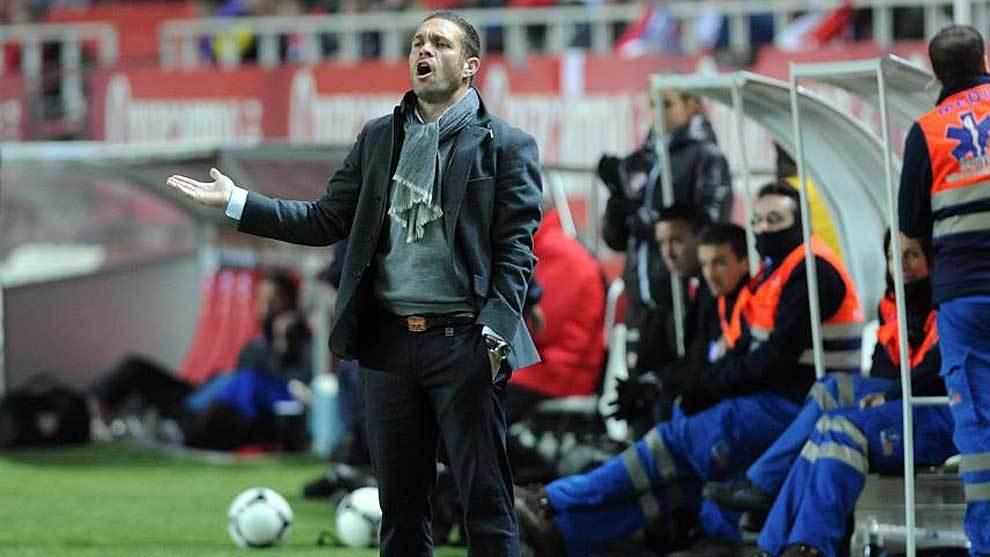 Tevenet, en la banda del Sánchez Pizjuán en un partido al frente del...