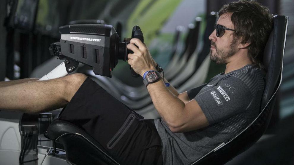 Fernando Alonso, en un simulador, hoy en el circuito urbano de Bakú.