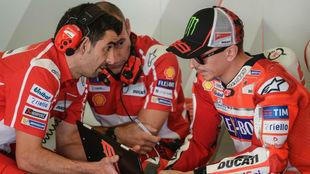 Jorge Lorenzo hablando con su equipo