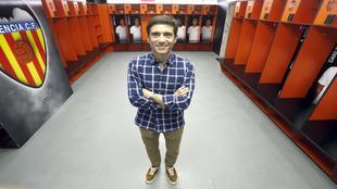 Marcelino posa en el vestuario del Valencia en Mestalla.