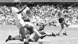 Diego Armando Maradona marca ante Inglaterra.