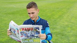 Jorge Sáenz (20) lee en MARCA la crónica del partido que puede...