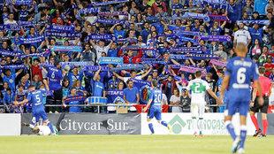 La afición del Getafe con las bufandas al viento en el partido contra...