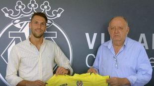 Pedraza posa junto a José Manuel Llaneza tras firmar su nuevo...