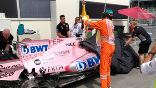 La grua se lleva el Force India de Sergio Pérez