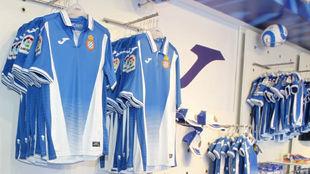 Las nuevas camisetas, en la tienda del Espanyol.