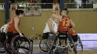 Montiel marca jugada en un ataque de España.