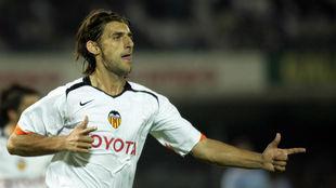 Miguel Ángel Angulo celebra un gol con la camiseta del Valencia