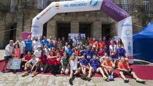 Los participantes de la Carrera del Peregrino posan en la Plaza del...