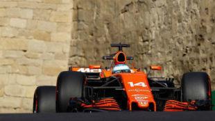 Fernando Alonso pilota su McLaren en el circuito urbano de Bakú.