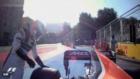 Alonso corre a poner los pies bajo la rueda de su McLaren.