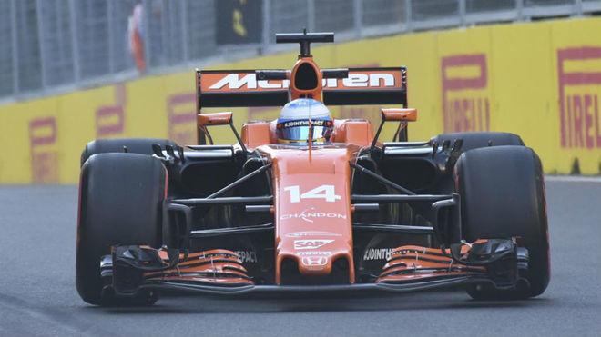 Alonso pilota su McLaren Honda en el circuito urbano de Bakú.