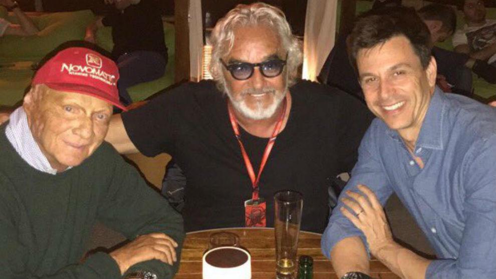 Briatore, cenando ayer con Wolff y Lauda (Mercedes) en Bakú.