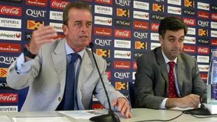 Javier Sáenz, a la izquierda, durante una comparecencia.