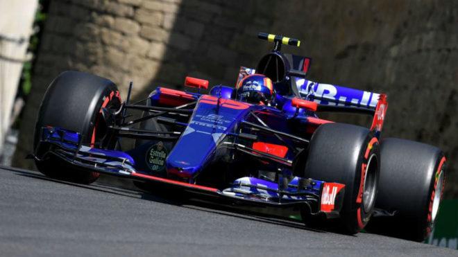 Carlos Sainz pilota su Toro Rosso en el circuito urbano de Bakú.